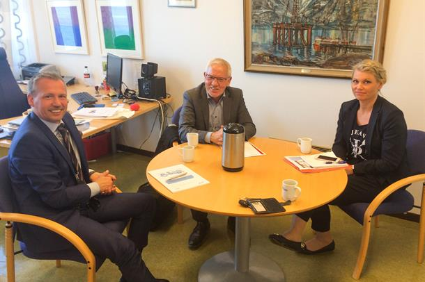 Tre personer sitter rundt et bord: Bård Anders Langø, Frode Mellemvik og Kirsten Toft
