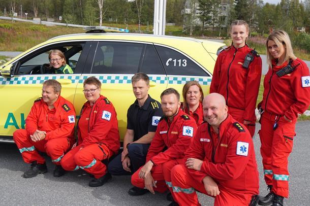 Ambulansebil og ambulansepersonell