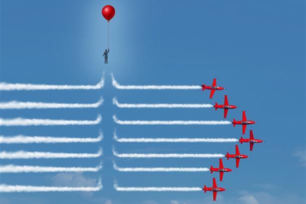 mann med ballong flyr over og endrer stripene etter 7 røde fly i formasjon