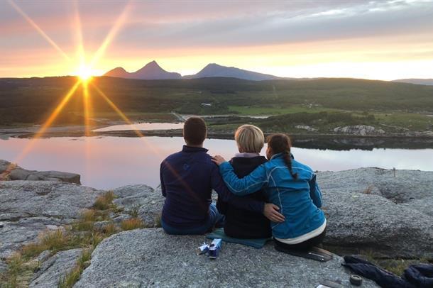 Ansatte ved fysikalsk avdeling i Sandnessjøen -  utsikt mot fjellet Dønnamannen fra De sju søstre. Foto: Guro Toppen