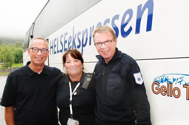 Fv. Bussjåfør Paal August Almén med bussvertene Bjørg-Inger Horn og Bjarne Holmberg.